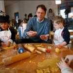 Rudi Cerne zu Gast in der Weihnachtsbäckerei © Stefan Reifenberg