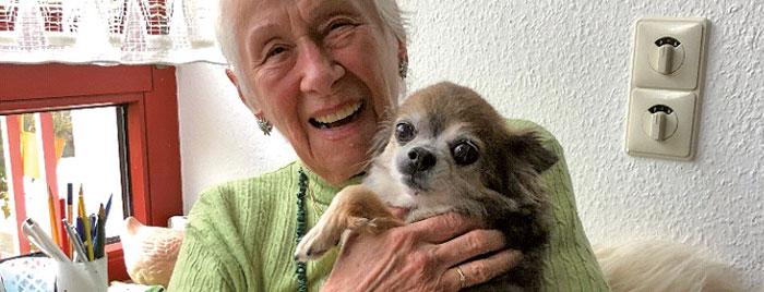 Alte Dame mit Hund auf dem Arm © privat